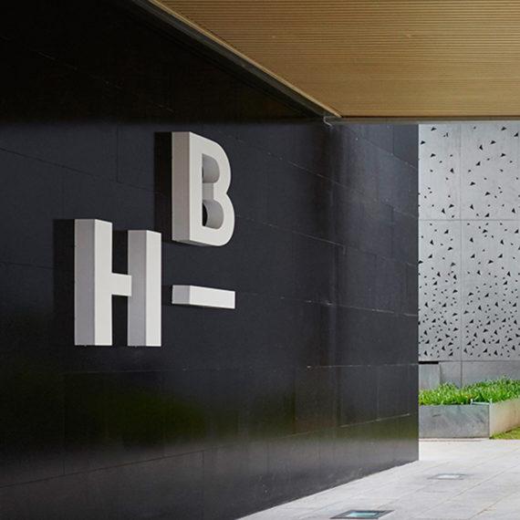 diseño logotipo corpóreo clínica dental estética facial Hepler Bone Barcelona